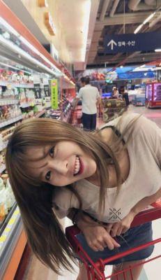 """Nss se eu encontro a Hyuna no mercado eu peço """"pfv faz um twerk nunca te pedi nd"""""""
