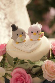 penguin wedding cake topper --Special Edition #handmadecaketopper #customcaketopper #weddingideas #weddingceremony #initials #claydoll #sculpted #bridalbouquet #cakedecoration #weddingideas #ペンギン #pingüino #Pinguin #manchot #pastelwedding