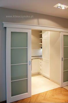 białe drzwi przesuwne z cokołem, do kuchni