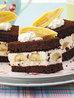 Banana-Split-Schnitten Inspired by a classic ice cream parlor: banana split cuts Banana Dessert Recipes, Banana Bread Recipes, Mini Desserts, Holiday Desserts, Easy Desserts, Delicious Desserts, Cake Recipes, Banana Split, Healthy Banana Bread