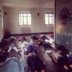 Final de nuestro curso de iniciación en Ashtanga Yoga: ¡cansados pero contentos!  Lo mismo esperamos de toda la gente que nos ha acompañado.  Eskerrik asko etortzeagatik eta zorionak!