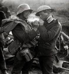 """A """"Trégua de Natal""""  Ocorrido na Primeira Guerra Mundial, no Natal de 1914, milhares de soldados alemães e ingleses deixaram as trincheiras e acertaram uma trégua, onde durante seis dias, enterraram seus mortos, em uma especie de armísticio de paz. Nisso, trocaram presentes, festejaram com bebidas e comidas com a maior felicidade. Na historia, foi visto como um ato simbólico de paz e humanidade, mesmo em meio a um cenário de destruição."""