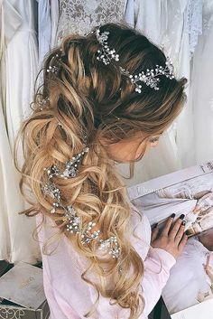 Are you thinking about a half up/half down, braids, wavy or a celebrity-inspired wedding hairstyles for your big day? These elegant curly half up/half down hairstyles look amazing with hair accessories or on their own.
