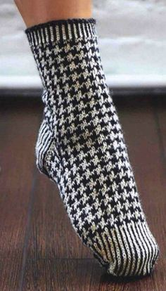 Stylish socks with classic dog tooth pattern – by Thousand Ideas – socken stricken Fair Isle Knitting, Knitting Socks, Hand Knitting, Knitting Patterns, Knit Socks, Crochet Slippers, Knit Crochet, Patterned Socks, Shoes