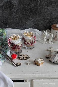 Stollen-Trifle mit Himbeeren & Vanilleeis - einfaches Schichtdessert im Glas. Perfekt für Weihnachten - in 10 Minuten fertig.  #desserts #trifle #nachtisch #rezepte Sweet Bakery, Cupcakes, Trifle, Stollen, Panna Cotta, Pudding, Desserts, Ethnic Recipes, Food