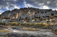 """Los restos arqueológicos conocidos como """"Las Ventanillas de Otuzco"""" denominados así por encontrarse en el Centro Poblado del mismo nombre; pertenece al distrito de Baños del Inca. El lugar dista aproximadamente unos 8 kilómetros al norte de la ciudad de Cajamarca, teniendo una altitud de 2,850 m.s.n.m, el paisaje presenta de bosques de eucaliptos que conjugan con el verdor de la zona ganadera."""