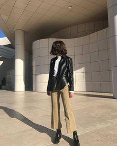 French Fall Wardrobe A sleek leather jacket is another great layering piece during transitional times of the season. The French-Girl Fall Capsule Wardrobe Fashion Mode, Look Fashion, Winter Fashion, Fashion Outfits, Womens Fashion, Ladies Fashion, Fashion Brands, Fall Outfits, Ayurveda Lifestyle