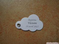 Bonjour à tous et à toutes ! Voici les Etiquettes réalisées pour le Baptême de Victoire qui aura lieu le 18 avril 2015. Ce sont des étiquettes en forme de Nuage aux couleurs Blanc et Gris Anthracite. Vue d'ensemble Bonne journée à tous et à toutes !