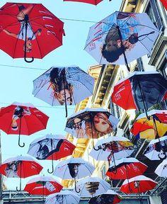 Não é carnaval por lá mas a Via Fiore no bairro de Brera em Milão está em clima de festa para comemorar os 30 anos da @elle_italia. Quem estiver de férias pela cidade deve visitar esse bairro boêmio cheio de história com muitos antiquários e outras delícias. Vale o passeio! O clique é do nosso colaborador o fotógrafo @leofaria #aluguetemporada @aluguetemporadabrasil #meualuguetemporada #homeaway  via ELLE BRASIL MAGAZINE OFFICIAL INSTAGRAM - Fashion Campaigns  Haute Couture  Advertising…
