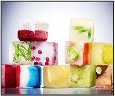 Cubos de hielo con sabor, bebidas de verano. Es una manera de saborizar agua en casa.