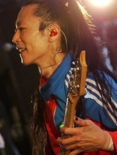 Natalie.mu reported today that Dragon Ash's bassist Ikuzone passed away as result of acute cardiac insufficiency at the age of 46. The funeral has already taken place and it was attended by close relatives only. According to Dragon Ash's agency, Ikuzone was found at found at his home on the night
