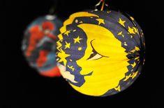 Hübsche Laternen mit fröhlichen Motiven bringen Licht in den dunklen Herbst Shops, Superhero Logos, Paper Lanterns, Fall, Tents, Retail Stores