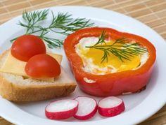 Für das Paprika Spiegelei den Paprika waschen, entkernen und in 2 Ringe von ca. 1 cm Breite abschneiden. In einer Pfanne ganz wenig Öl erhitzen
