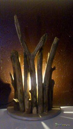 Aber demi rond / Apercu n 1 Lampe bois flotté récupéré en aber disposé en demi cercle avec un rétro éclairage central idéal à posé contre un mur. Bois : Bois flotté récupéré dans un Aber du Finistère. Nettoyé, séché et traité contre les parasites. Eclairage : Rétro éclairage à LED unique imitation bougie. Consommation 3w, rendu 25w. Couleur, blanc chaud