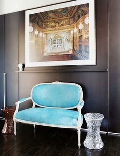 French Furniture - A blue settee and a pair of faceted hourglass tables against gray walls Black Rooms, Black Walls, Gray Walls, Turquoise Chair, Vintage Turquoise, Antique Interior, French Furniture, Vintage Furniture, Tiffany Blue