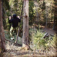 """#sibworkout2 """"Конкурс от @rusdudnik"""" Подтягивайтесь всегда и везде,вариантов тьма:) турник найден в лесу,на краю обрыва,почему бы не подтянуться:)"""
