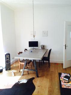 Geräumiger Essbereich mit schönen Dielen und Holztisch.  Wohnung in Stuttgart.