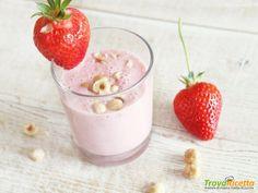 Strawberry end Almond Milk Smoothie (benvenuto Maggio) Smoothies With Almond Milk, Milkshake, Panna Cotta, Strawberry, Ethnic Recipes, Food, Drink, Smoothie, Dulce De Leche