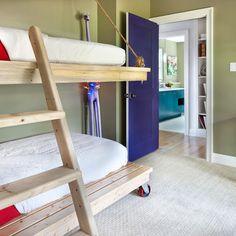 Una litera con ruedas y la cama superior colgante. www.singularu.com