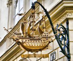 Letreiro com barco pendurado