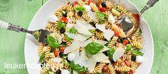 Foto: Makkelijke zomerse pastasalade met mozzarella, tomaat, spinazie en verse…