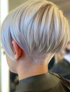 15 pretty pixie hairstyles (December 2019 15 hübsche Pixie-Frisuren (Kollektion December Pixie styles are absolutely stunning and offer a lot of style and fun. It may seem scary to cut off much of your hair, but if … - We Have A Good Collection o Short Grey Hair, Short Hair Cuts For Women, Back Of Short Hair, Color For Short Hair, Funky Short Hair, Haircut And Color, Natural Hair Styles, Short Hair Styles, Pixie Styles
