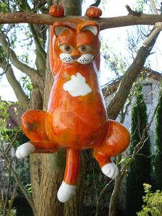 Cat ceramic orange red, hanging frostproof Here you see a beautiful ceramic cat. She hangs on a branch and looks very scared because she no lo Rabbit Garden, Sculptures Céramiques, Paper Mache Crafts, Painted Cups, Fire Art, Paperclay, Nature Tattoos, Ceramic Flowers, Garden Statues
