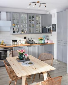 [New] The Best Home Decor (with Pictures) These are the 10 best home decor today. According to home decor experts, the 10 all-time best home decor. Home Decor Kitchen, Kitchen Interior, Home Kitchens, Kitchen Dining, Modern Kitchens, Budget Home Decorating, Interior Decorating, Apartments Decorating, Decorating Bedrooms