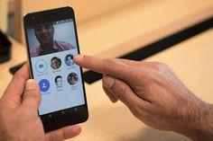 Google Duo alcanza las 5 millones de descargas en una semana cuidado Facebook Messenger!   El presidente ejecutivo de Google confirma en su cuenta de Twitter que el nuevo app de videollamadas ha sido descargado ya 5 millones de veces.    Después de su anuncio con bombos y platillos en la conferencia de desarrolladores Google I/O Duo un app de llamadas independiente de tu correo electrónico y de Hangouts se está convirtiendo en todo un suceso que ya destronó a Pokémon Go de la Google Play…