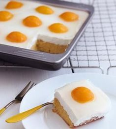 Eierkuchen A recipe for pancakes with a difference: with apricots. What looks like a fried egg cake is a cake with cottage cheese and fruits! Easter Recipes, Egg Recipes, Baking Recipes, Dessert Recipes, Cupcake Recipes, Baked Pancakes, Egg Cake, Pancake Cake, Fall Desserts