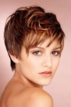 Here's a cute pixie cut hairstyle with auburn hair color with blonde highlights.