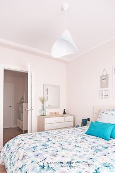 Amueblamiento y decoración en el piso de Inma - dormitorio #amueblamiento #furnish #decoracion #decor #dormitorio #bedroom #tonosneutros #neutraltones #wood #madera #cama #bed