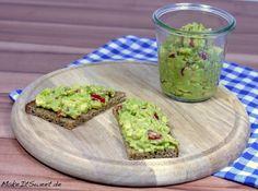 Ein Rezept für einen leckeren, selbstgemachte Avocado-Tomate-Brotaufstrich. Avocado esse ich sehr gerne, auf dem Brot oder auch als Guacamole. Den Brotaufstrich kann schnell zubereitet werden. Wer morgens oder abends Lust ... Mehr lesen