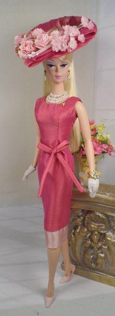 Barbie con vestido corto y pamela.