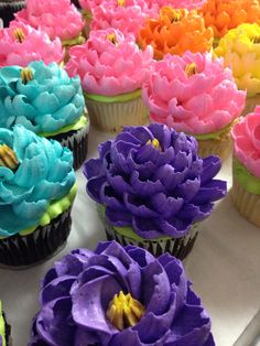would be sweet to have floral cupcakes on a wooden tower. cupcakes, donuts and french macarons! Cupcake Frosting, Cake Icing, Cupcake Cookies, Eat Cake, Cake Decorating Tutorials, Cake Decorating Techniques, Cookie Decorating, Decorating Supplies, Decorating Cakes