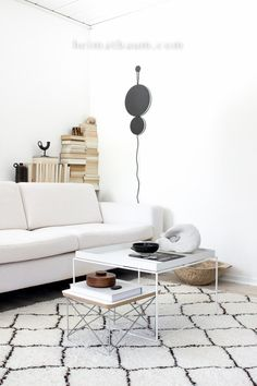 Beautiful black and white living room: a white couch, two white coffee tables and a great beni ouarain rug complete the look // Ein neues Lieblingsteil - der Vitra Occasional Table - HEIMATBAUM