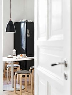 La maison d'Anna G.: Small space living - small and flexible furniture like stools...