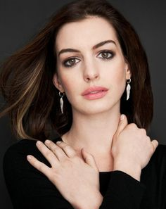 Actriz Anne Hathaway, Anne Hathaway Style, Anne Jacqueline Hathaway, Anne Hattaway, Katharine Isabelle, Catrina Tattoo, Beautiful Brown Eyes, Bare Beauty, Prettiest Actresses