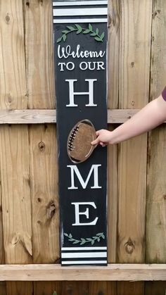 Welcome Signs Front Door, Wooden Welcome Signs, Diy Wood Signs, Front Door Decor, Fromt Porch Decor, Home Wood Sign, Painted Pallet Signs, Homemade Wood Signs, Pallet Board Signs
