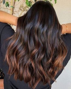 Die schönsten Haarfarben-Trends für braune Haare im Winter 2018 From cold brew to toffee ombré: these are the three most beautiful hair color trends for brown hair in winter More on that Subtle Balayage Brunette, Brown Hair Balayage, Brunette Color, Brown Hair Dyes, Balyage For Black Hair, Ombre For Dark Hair, Chocolate Bayalage, Rose Gold Balayage Brunettes, Brown Balyage