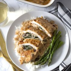 This spinach stuffed chicken breast is filled with a flavorful, creamy spinach mushroom stuffing. I promise you will love this recipe! Mushroom Stuffed Chicken Breast, Spinach Stuffed Mushrooms, Mushroom Chicken, Spinach Stuffed Chicken, Stuffed Peppers, Creamy Spinach, Macaron Recipe, Appetizer Recipes, Dulce De Leche
