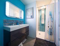 Une salle de bains pour les adolescents avec une douche et une double vasque…