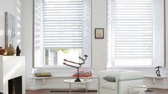 Laat u inspireren door Luxaflex® raamdecoratie. Twist® Rolgordijnen Erkers maken met luiken aan de binnenkant, radiatoromkisting met bankje, kleur: glans wit.