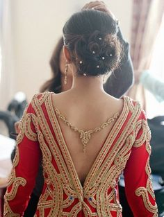 unique blouse back designs spotted on real brides indian Indian Dresses, Indian Outfits, Indian Wedding Hairstyles, Desi Wedding, Wedding Blog, Wedding Sari, Wedding Hijab, Wedding Ideas, Asian Bridal