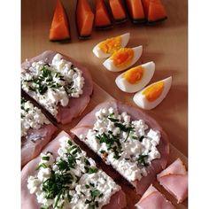 Guten morgen  Wenn ich bei so einem Wetter wach werde ist mein Tag schon gerettet  Heute steht bei mir viel am Programm denn am Abend wird wahrscheinlich noch mit den Mädls gegillt  Zum Frühstück gibt's:  2 Vollkornbrote  50 g Schinken  100 g Cottage Cheese  1 Ei  1/3 Melone  Fit&Aktiv Detox Tee  Wünsch euch einen wundervollen Tag  #healthy #food #highprotein #lowcarb #fitnessfood #healthy #food #foodpics #fitness #lifestlye #fitnessmotivation #fitme #fitfam #fitfood #fitgirl #fitness…