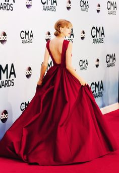Taylor swift wearing Elie Saab at the 2013 CMA's.