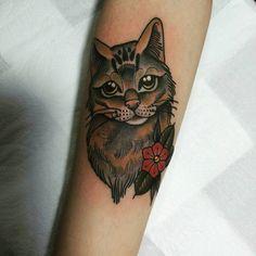 Tatuagem criada por Jheny Riot de São Paulo.    Gato em old school.