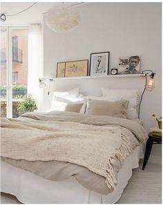 Couleurs douces conseillées pour une ambiance propice au sommeil. Sélectionner 2 à 3 teintes claires allant du blanc porcelaine au beige lin et les insérer dans les accessoires déco et le linge de lit. Pour renforcer l'esprit cocon, fixer une suspension boule en plume ou en papier. La touche déco en + : l'étagère au-dessus du lit ornée de cadres et d'1 pochette vinyle qui réveillent la chambre tout en préservant le style cocooning accordé à l'espace.