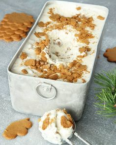 Pepparkaksglass :P Tar ca 5 min att göra (exklusive frysning). Xmas Food, Christmas Sweets, Christmas Baking, Yummy Treats, Delicious Desserts, Sweet Treats, Yummy Food, Swedish Recipes, Sweet Recipes