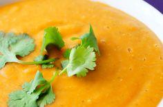 INGRÉDIENTS: - 1 oignon - 1 noisette de beurre et huile - 300g de lentilles corail - Pulpe de 2 tomates - 1 càc de curcuma - 1 cube de bouillon de légume et 500ml d'eau - 250ml de lait de coco - sel et poivre PREPARATION: Dans une marmite, mettre le beurre...